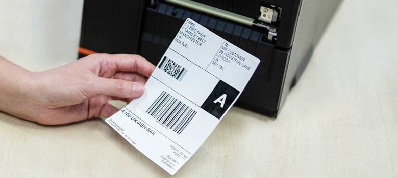Přepravní štítek vytištěný z tiskárny ve skladu