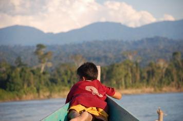 Băiat pe barcă