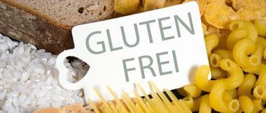 Brot, Reis, Cornflakes und verschiedene Nudelsorten, in der Mitte ein Etikett mit der Aufschrift glutenfrei
