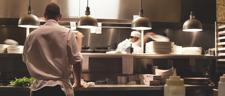 Köche arbeiten in einer Großküche.