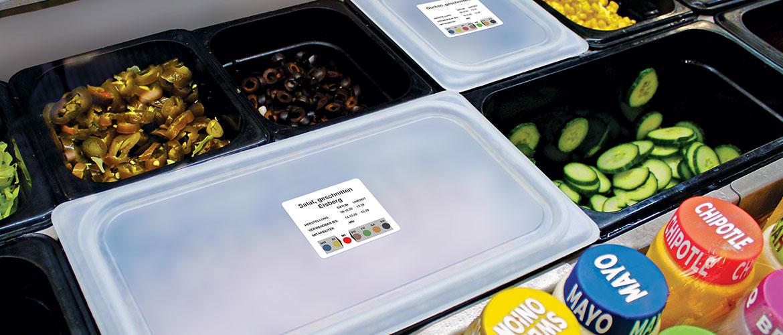 Theke mit offenen Lebensmitteln und Saucen.
