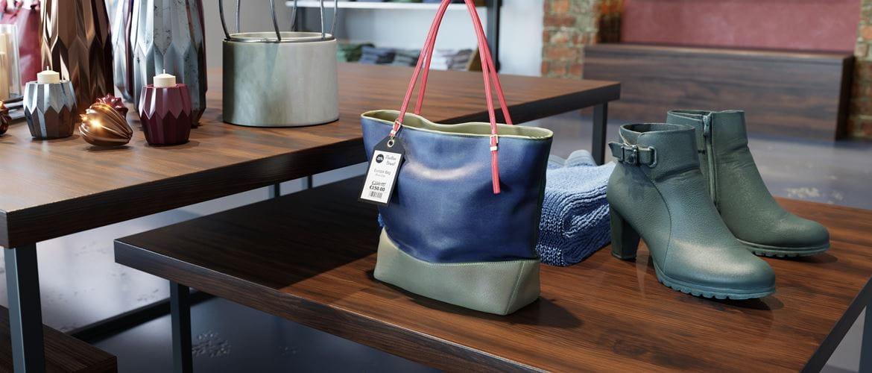 Modegeschäft, in dem eine Handtasche mit Preisetikett und Schuhe auf einem Tisch stehen.