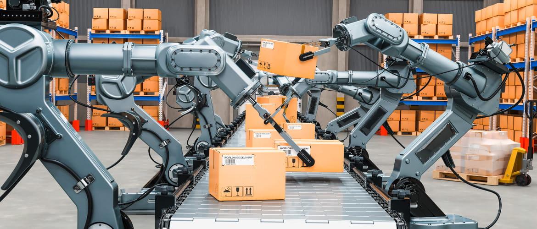 Fest verankerte Roboterarme stehen an einem Fließband und kommissionieren Pakete automatisch.