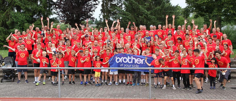 Gruppenfoto der Teilnehmer des Wohltätigkeitslaufes Golden Ring Project von Brother.