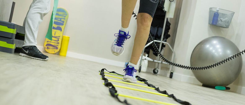 Physiotherapeut behandelt Patienten mit Elektroden.
