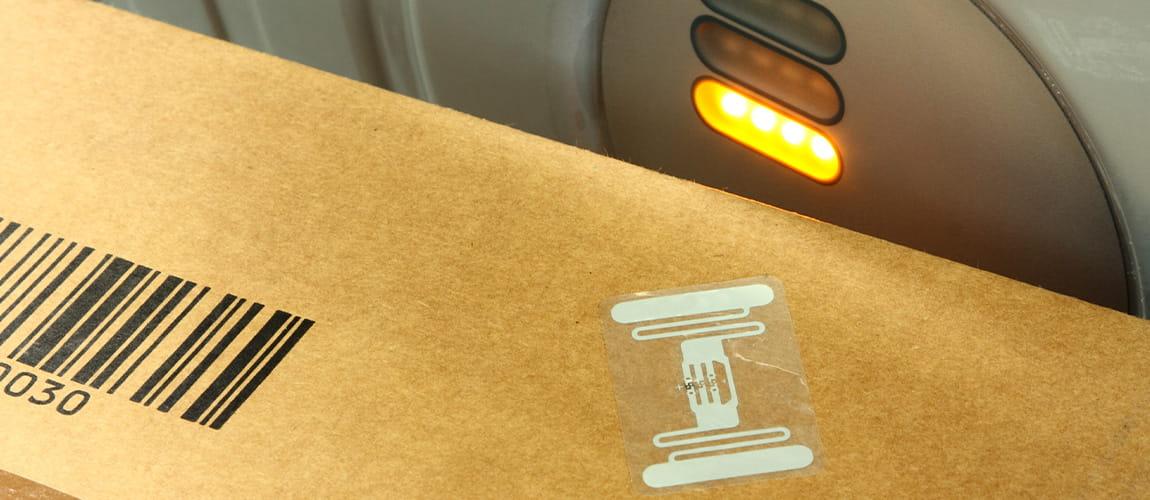 RFID-Etikett auf Paket wird gescannt.