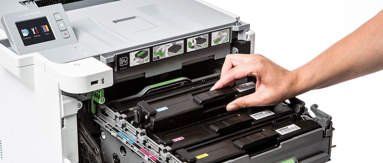 Laserdrucker offen mit Tonerkartuschen