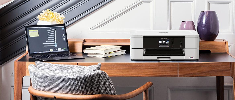 Home Office Schreibtisch mit Laptop und kompaktem Multifunktionsdrucker