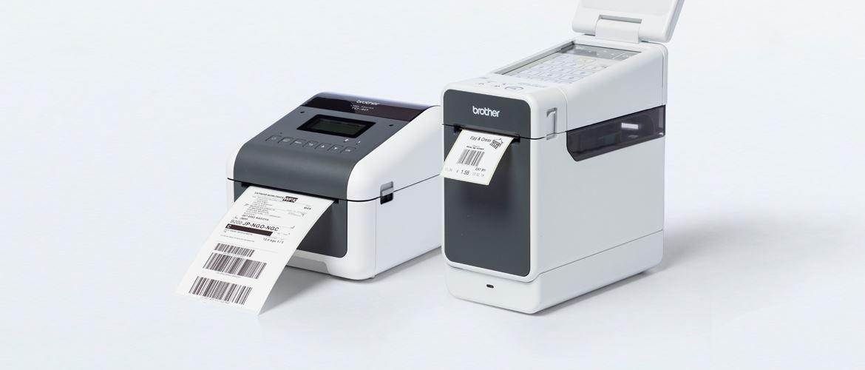 Brother Etikettendrucker der TD-2 und TD-4D Serie, nebeneinander stehend vor hellem Hintegrund