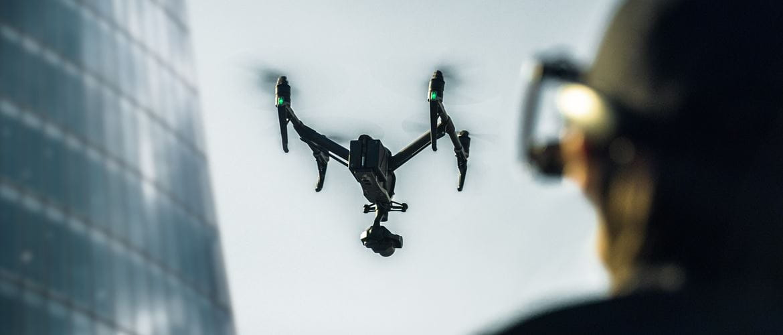 Mann steuert Drohne mit HIlfe des Brother AIRScouter