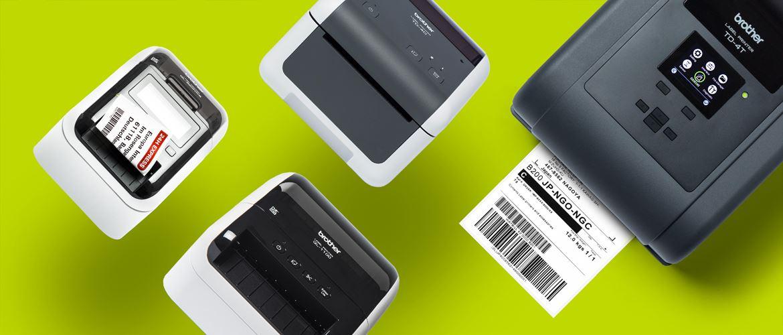Brother Desktop-Etikettendrucker, verschiedene Modelle, schwebend auf gründer Farbfläche angeordnet