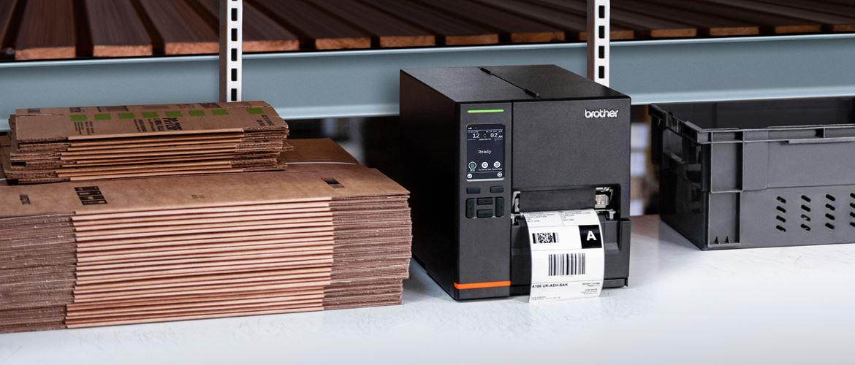 Brother TJ Industrie-Etikettendrucker in Warenhaus-Regal, Kartonverpackungen und Kiste daneben