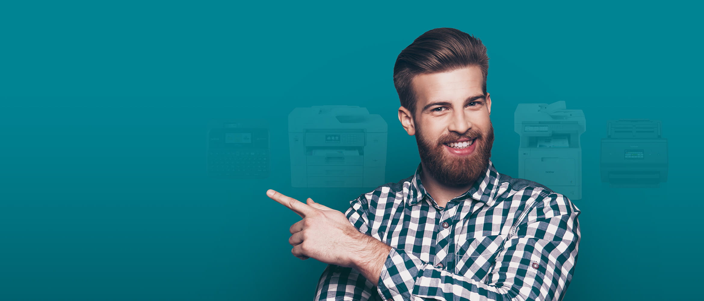 Mann mit Bart, lächelnd, Modelle im Hintergrund