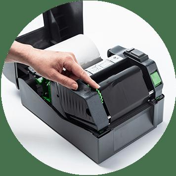 Brother TD-4T Desktop-Etikettendrucker offen mit handrollendem Thermofarbband
