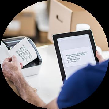 Brother QL-Etikettendrucker druckt Etiketten, die vom Tablet gesendet werden