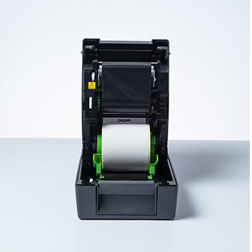 Brother TD-4T Desktop-Etikettendrucker geöffnet mit ausgestellten Etiketten und Farbbändern