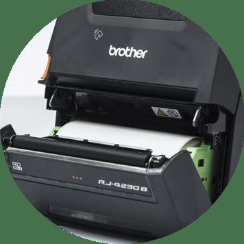 Mobiler Brother RJ-Drucker ist geöffnet und zeigt die Rolle mit den weißen Etiketten