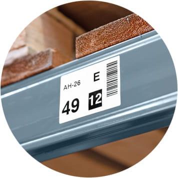 Lagerregal-Etikett an Metallträger mit Paletten