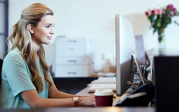 Frau vor Computer arbeitet