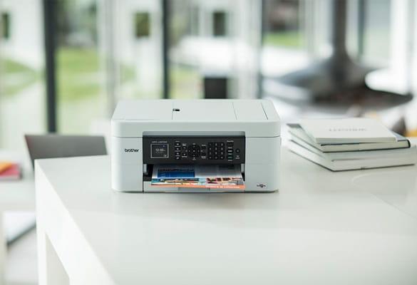 Drucker für zu Hause auf einem Tisch.