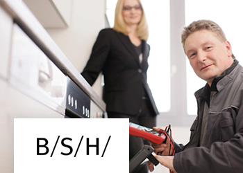 Kundendienstmitarbeiter im Einsatz mit Diagnosewerkzeug