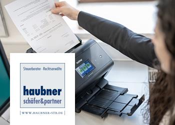 Büromitarbeiterin scannt Dokument mit Brother Dokumenten-Scanner