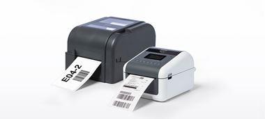 Zwei Brother Etikettendrucker der TD-4D und TD-4T Serie, Ansicht schräg von vorn mit Ausdruck, vor weißem Hintergrund