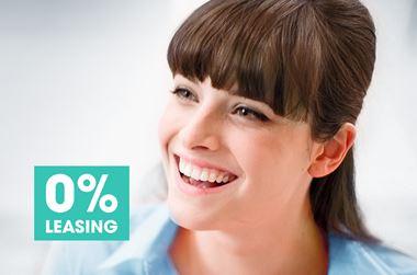 Frau, lächelnd, 0% Leasing Logo