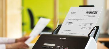 Brother Dokumentenscanner mit eingelegten Barcode-Dokument, auf Bürotisch stehend
