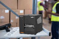 TJ-Industrie-Etikettendrucker auf Tischplatte mit Etiketten im Lager