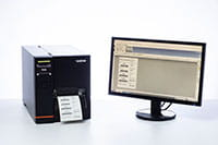 TJ-Industrie-Etikettendrucker neben dem Computerbildschirm