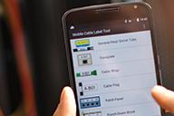 Netzwerktechniker erstellt Etiketten auf der Brother Mobile Cable Label Tool-App