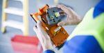 Mann wechselt Schriftbandkassette beim Beschriftungsgerät PT-E500VP