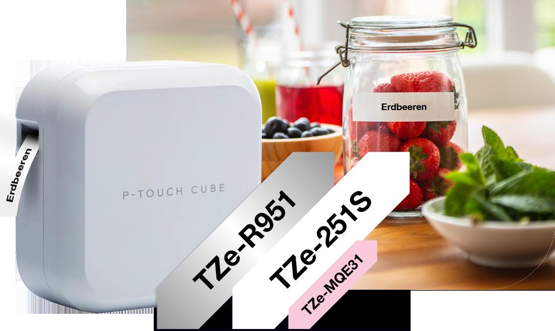 Weißer P-touch CUBE Plus mit TZe-Schriftbändern daneben, Frau und Kind im Hintergrund, Bastelarbeiten