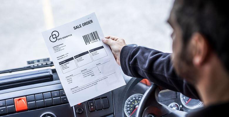 Direktauftrag für Kundenlieferungen, der vom Fahrer aus dem mobilen A4 Drucker gezogen wird