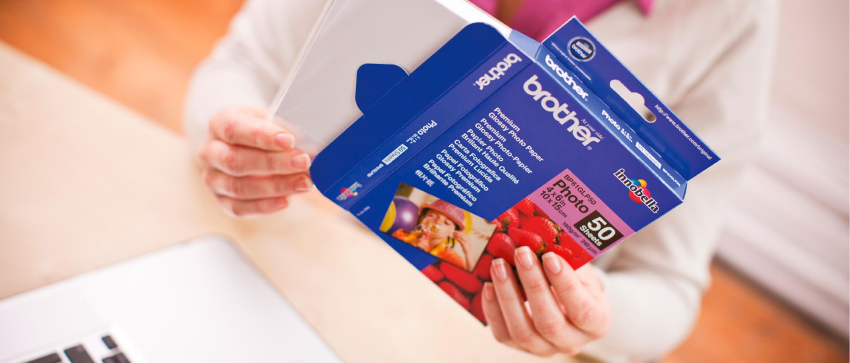 Mujer sujetando caja de papel fotográfico