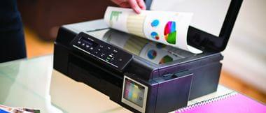 Hombre copiando en impresora de tinta