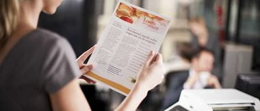 Chica rubia leyendo folio impreso a color