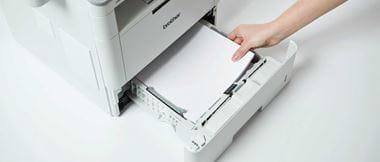 Mujer rellanando bandeja de papel de impresora
