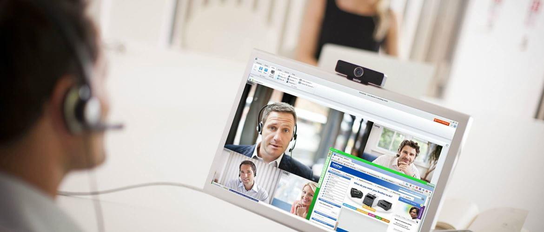 Hombre realizando videoconferencia