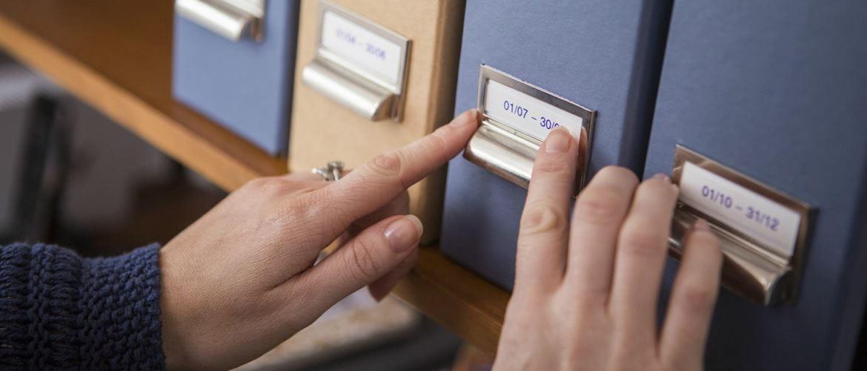 Mujer etiquetando archivadores