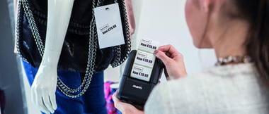 Mujer imprimiendo ticket con impresora portátil RJ-2150 Brother