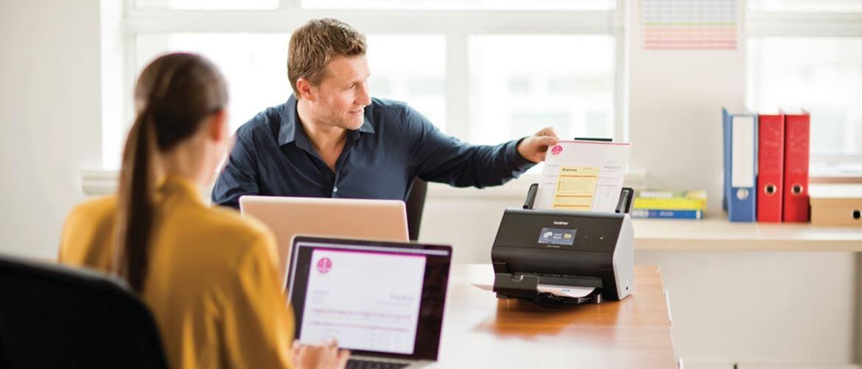Personas usando escáner ADS-2800W Brother