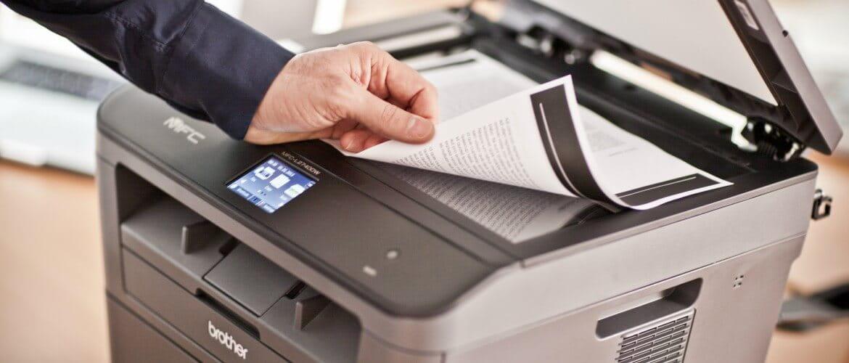 Hombre escaneando documento en impresora multifunción Brother
