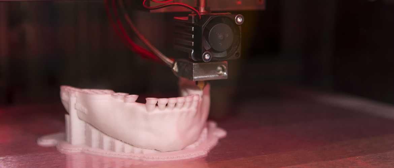 Impresora 3D imprimiendo cráneo