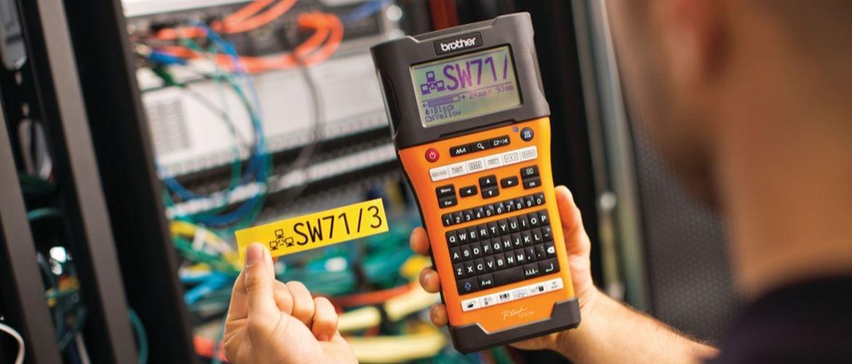 Etiqueta amarilla junto a rotuladora electrónica PT-E550WVP Brother