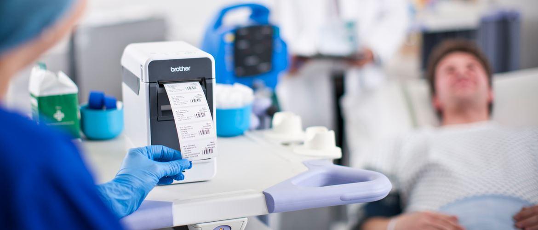 Sanitario utilizando impresora de etiquetas Brother