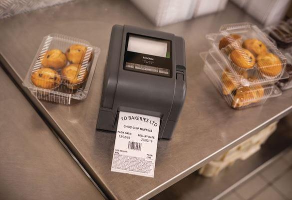 Impresora de etiquetas TD-4520TN imprimiendo etiqueta