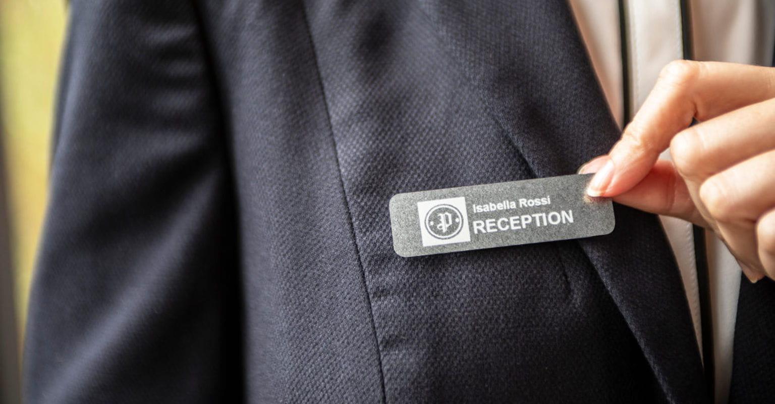 Chapa de recepcionista con cinta premium Brother