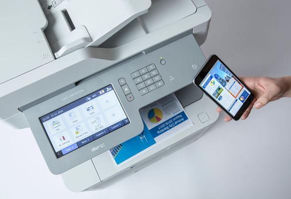 Impresora multifunción Brother con WiFi junto a teléfono móvil